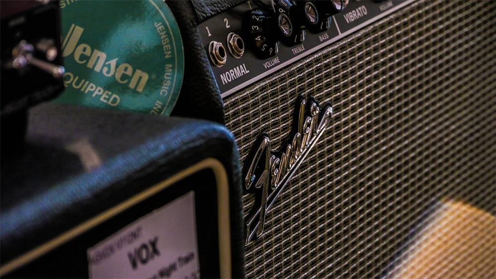 Best guitar amps under 200 dollars featured image.
